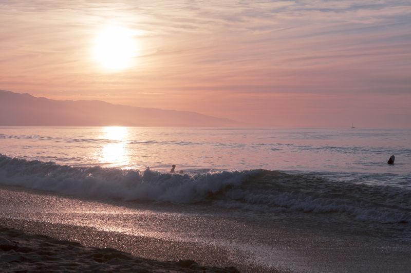 日落时的海洋波浪