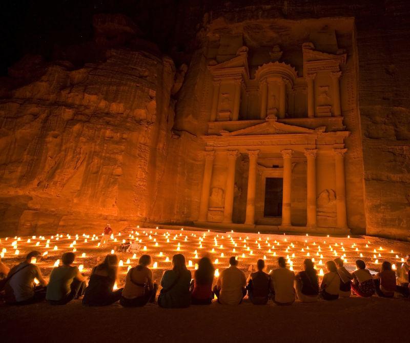 佩特拉约旦夜晚点燃的蜡烛