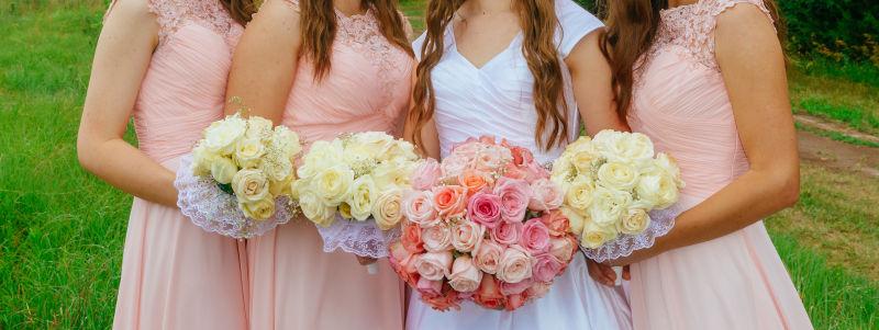 白裙的新娘和粉裙的伴娘们