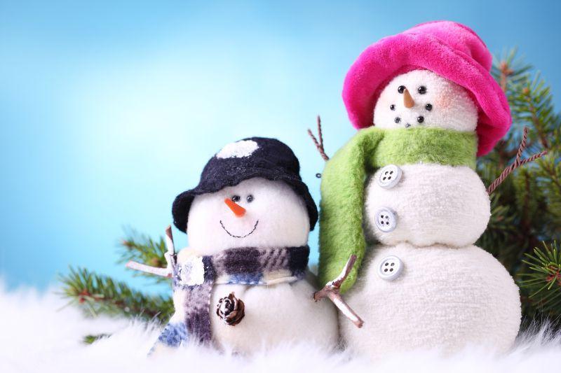 蓝色背景中的两个小雪人
