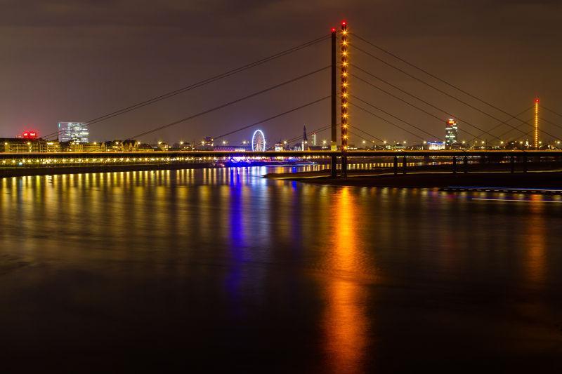 夜晚的有灯光的杜塞尔多夫的莱茵河大桥