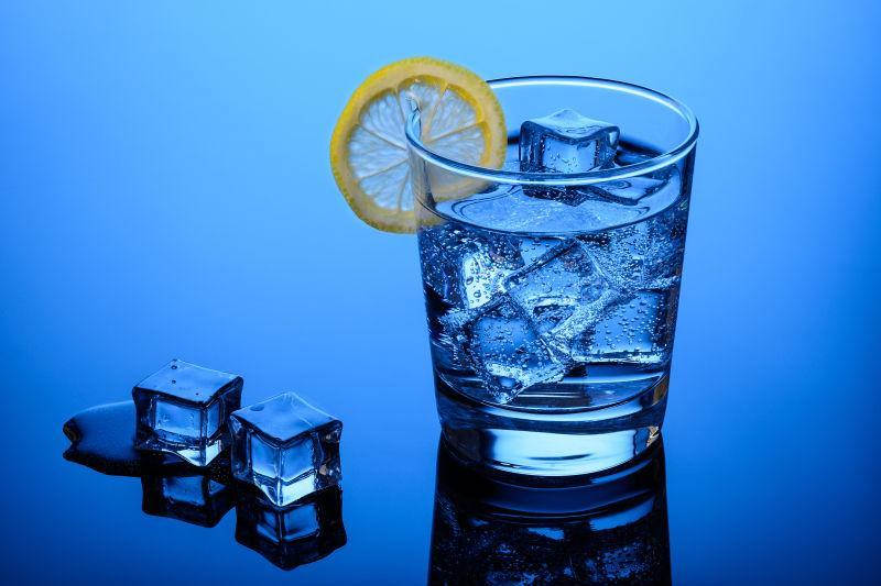蓝色背景上的冰柠檬汽水