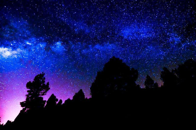 黑暗中蓝紫色的夜空