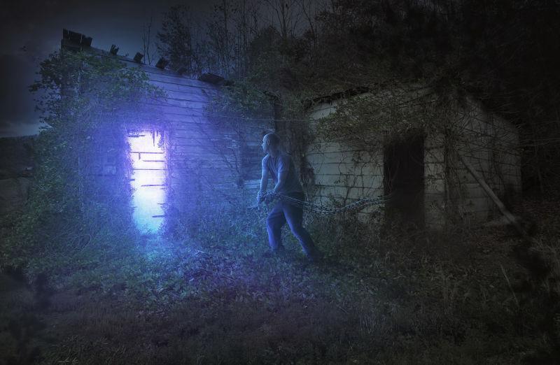 试图走进一扇发光的门的被锁链缠住的人
