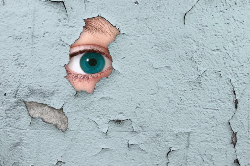 墙上的洞中露出一只眼睛