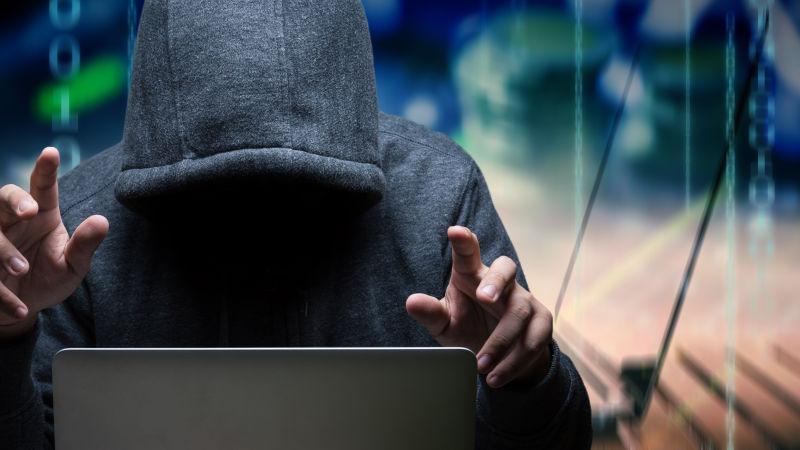 正在用笔记本电脑的黑客