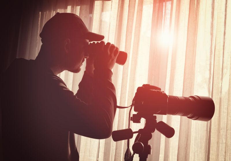 用望远镜和摄像机窃听的人