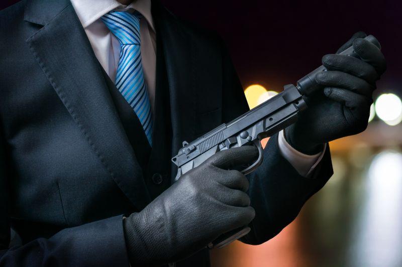 男人戴着手套拿着枪