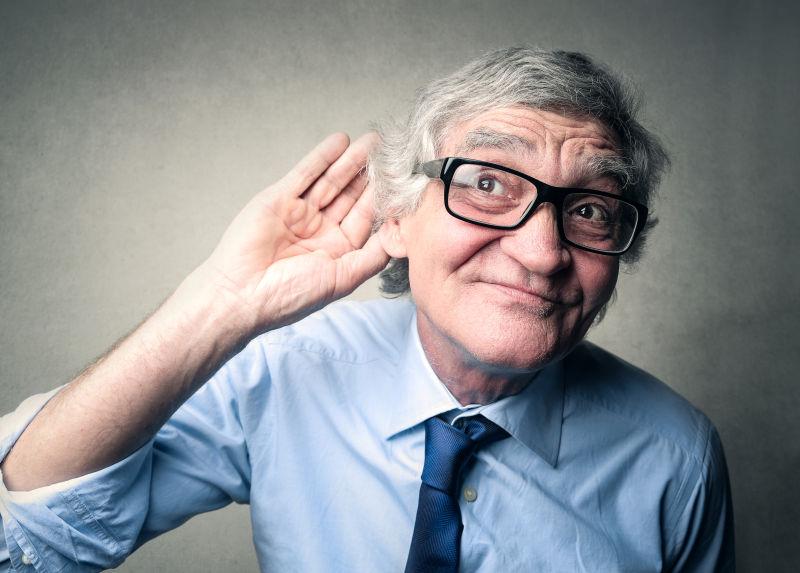 竖起耳听倾听的老人