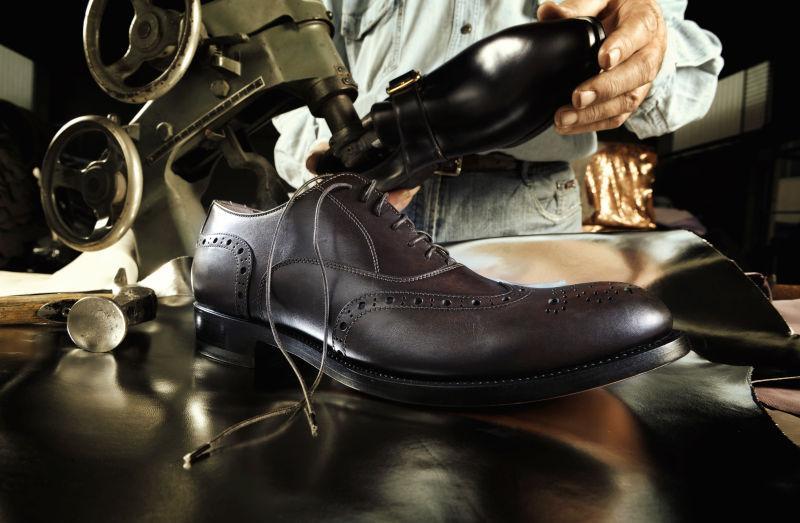 鞋匠手工制作皮鞋