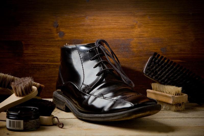 抛光好的黑亮的皮鞋