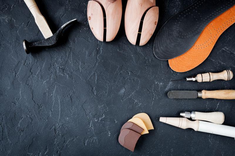 在黑暗背景下的鞋匠工具