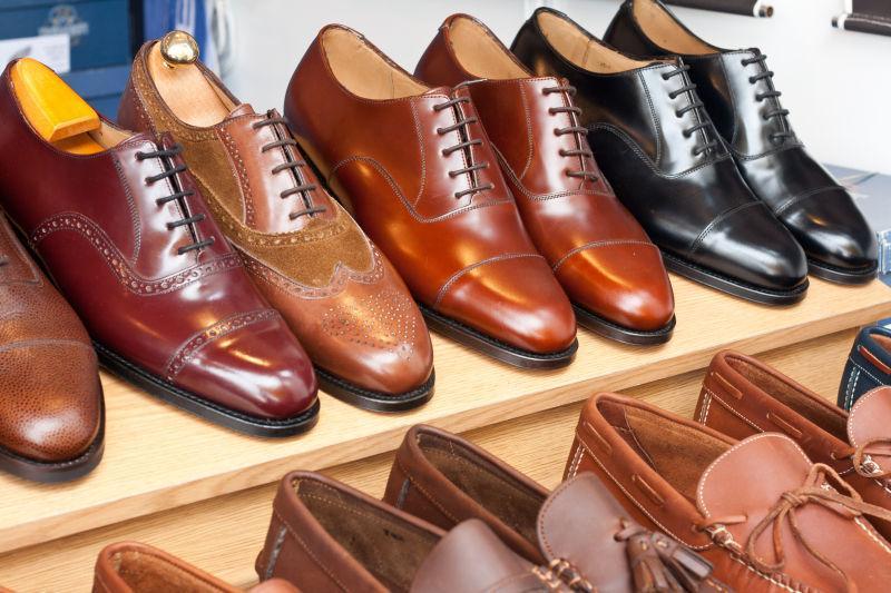 柜台上出售的崭新的鞋子