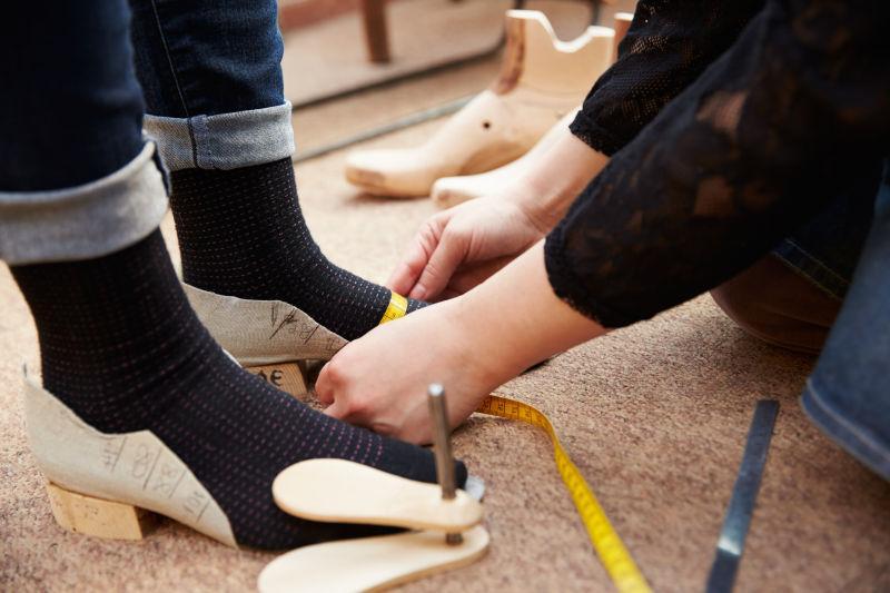 鞋匠测量顾客脚