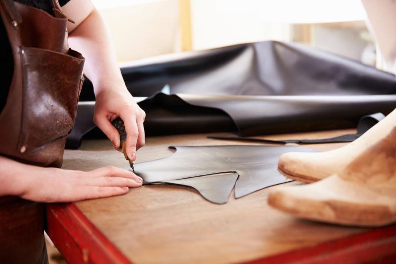 鞋匠在车间里切皮革