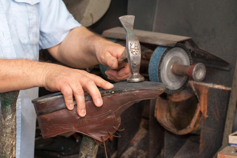鞋匠在定制皮鞋和用的工具