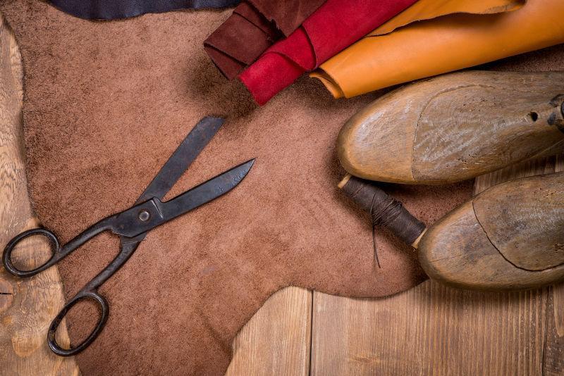 木制背景下制作鞋的工具