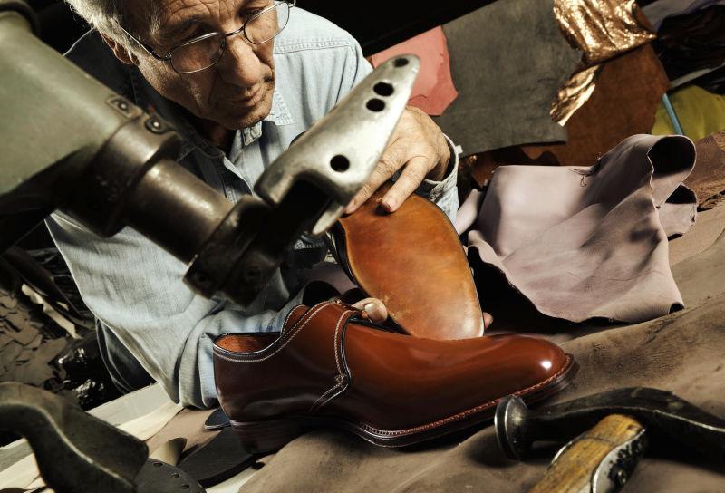 鞋匠手工制作鞋子