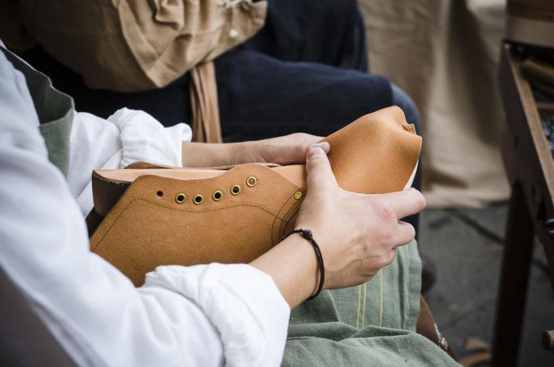鞋匠制造和加工靴子
