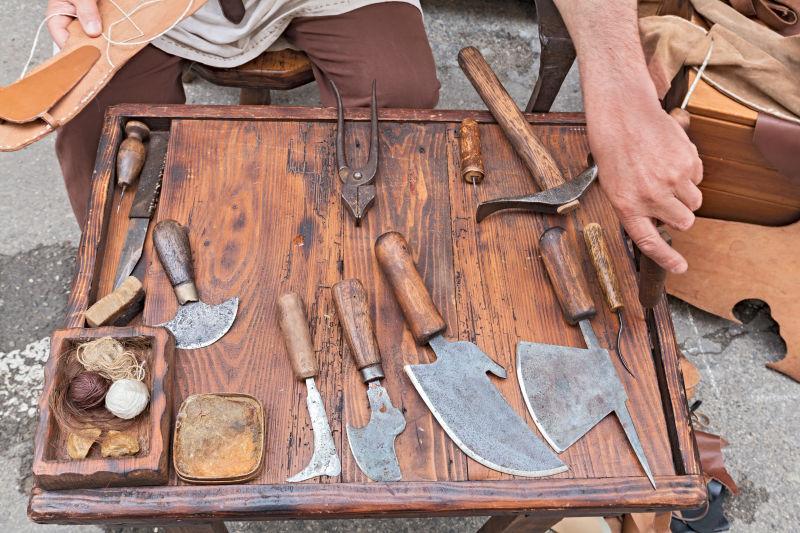 木板上的鞋匠的旧工具