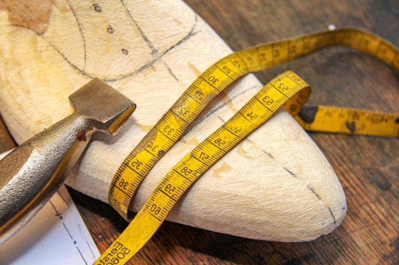 脚上测量的工具和鞋的模型