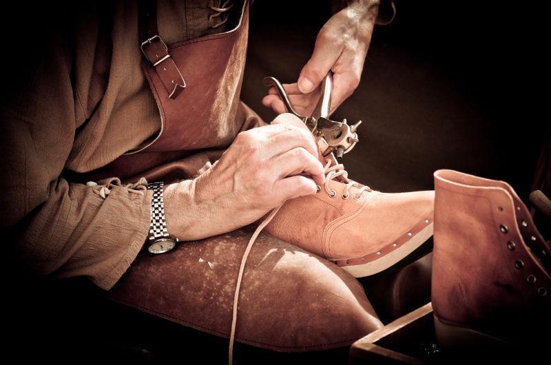 拿着工具修理鞋子的鞋匠