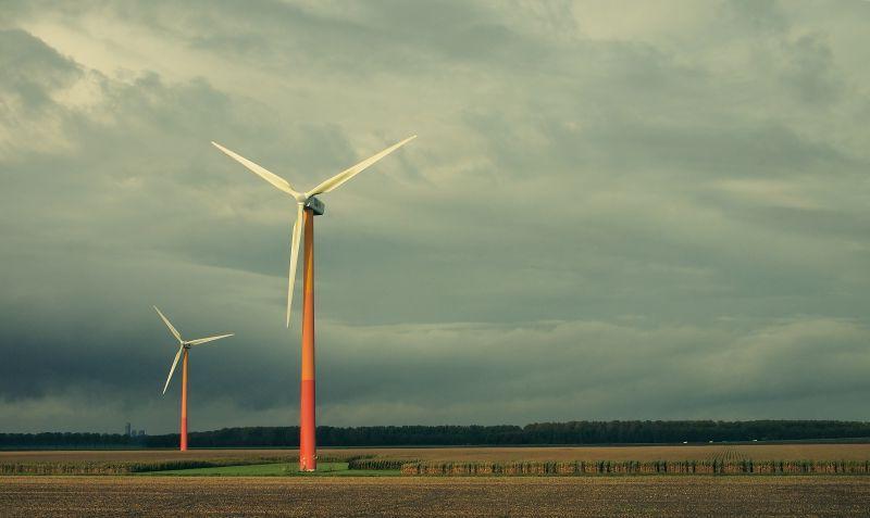 风力发电机和灰色的天空