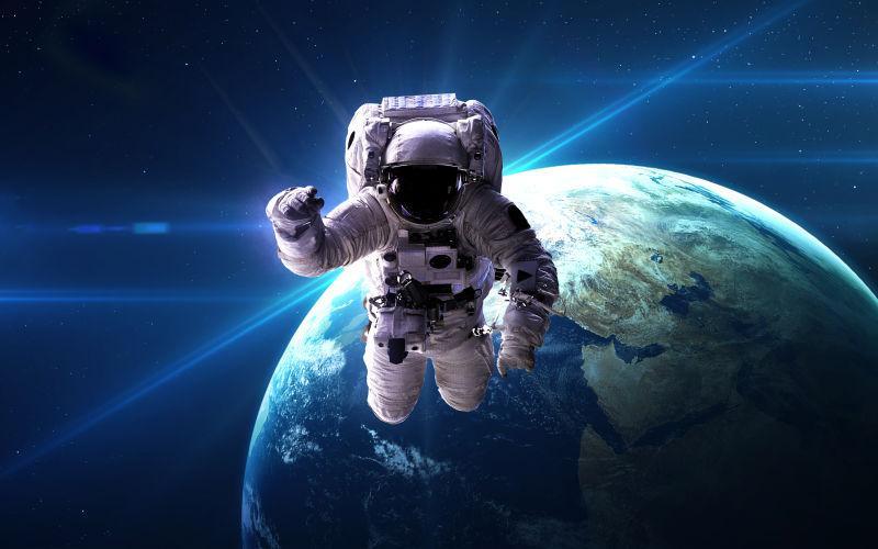 美丽的太空中穿着宇航服的宇航员