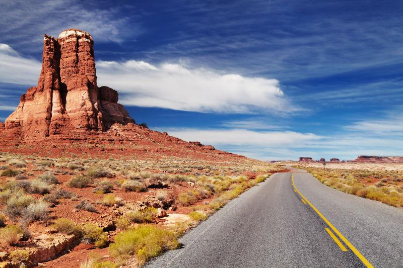 蓝天白云下的美国西南部的公路