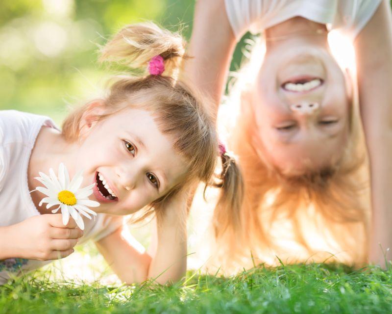 草地上的快乐儿童