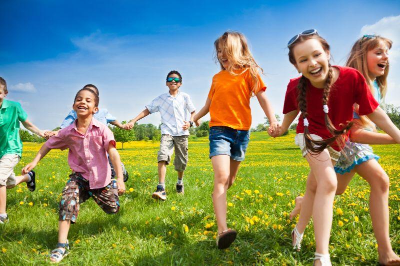 草地上奔跑的快乐儿童