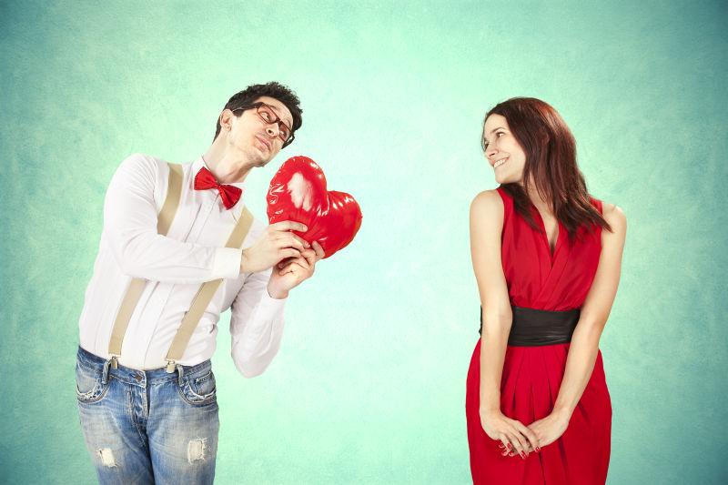 拿着红色爱心气球的男人献给可爱的女人
