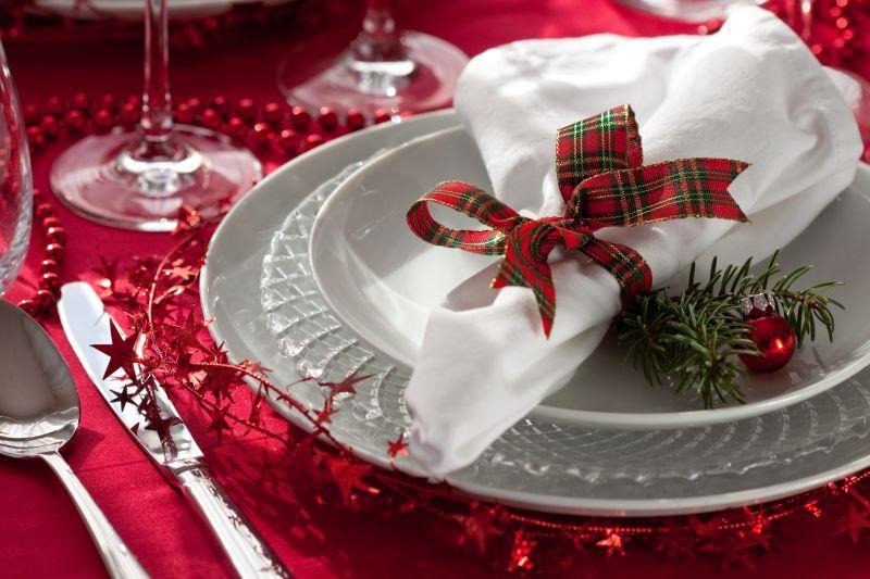 餐桌上的餐具与圣诞装饰