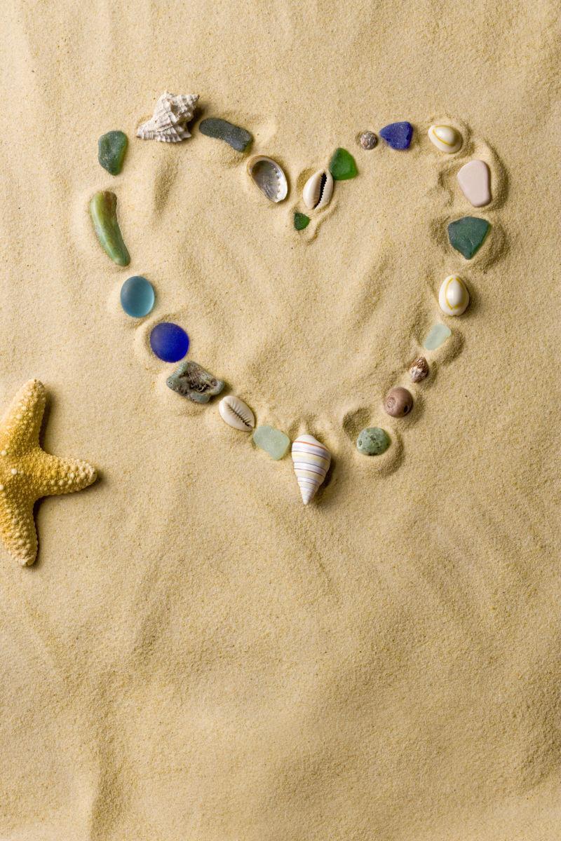 沙滩上贝壳拼成的爱心