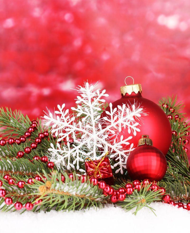 云杉树与圣诞节装饰品