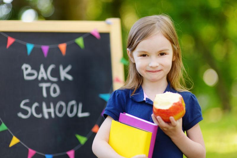 可爱的小女生对回学校感到非常兴奋