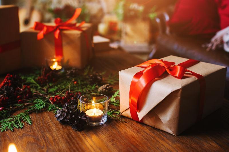 木桌上的圣诞节礼品盒和圣诞树枝
