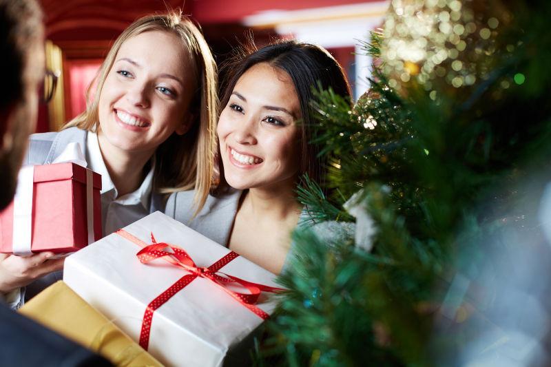 正在互赠礼物的美女同事们