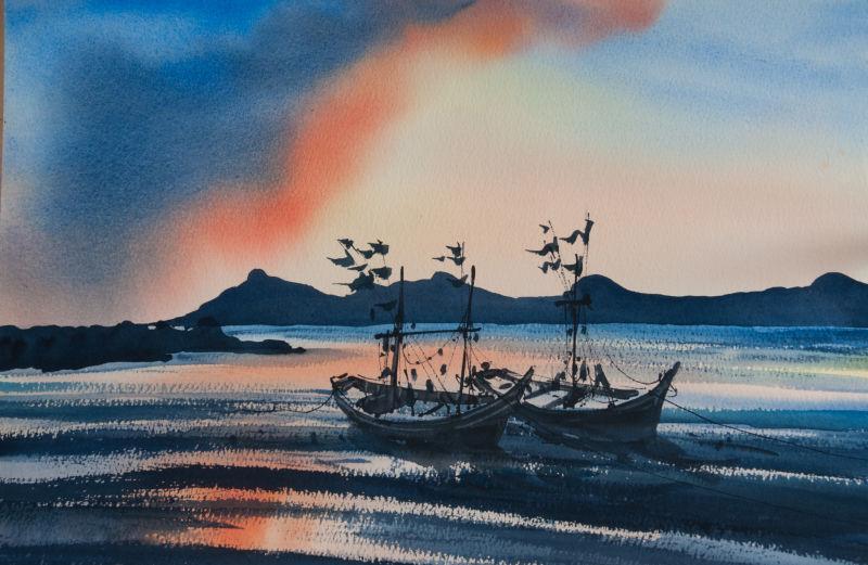 夕阳背景下的渔船和色彩缤纷的海景
