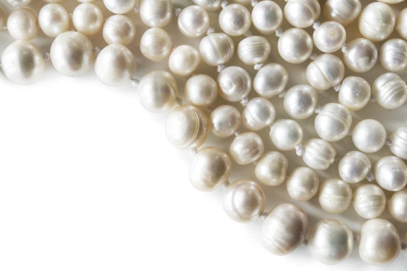白色背景中的珍珠串