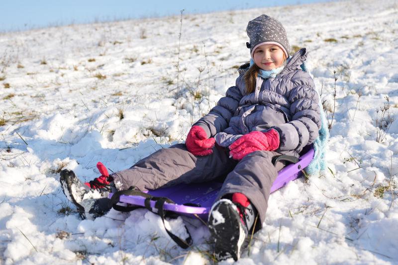 女孩坐在雪橇车上