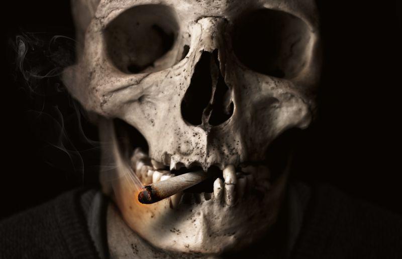 骷髅头叼着一颗烟