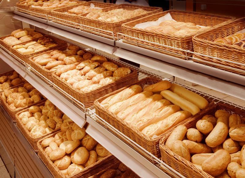 面包店货架上的美味面包