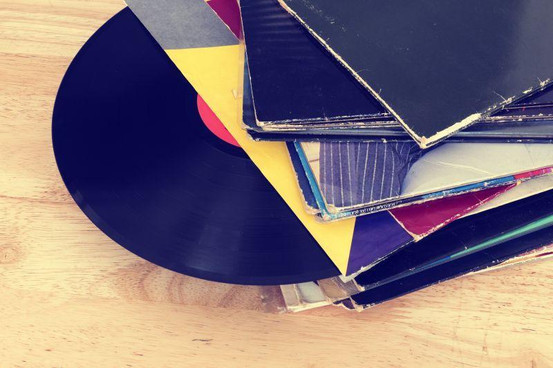 木桌上堆叠的复古唱片