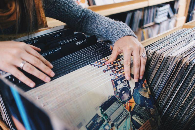 正在挑选唱片的女人
