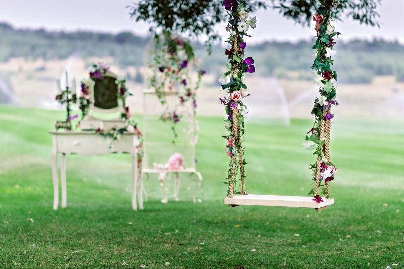 婚礼场地的秋千和鲜花装饰