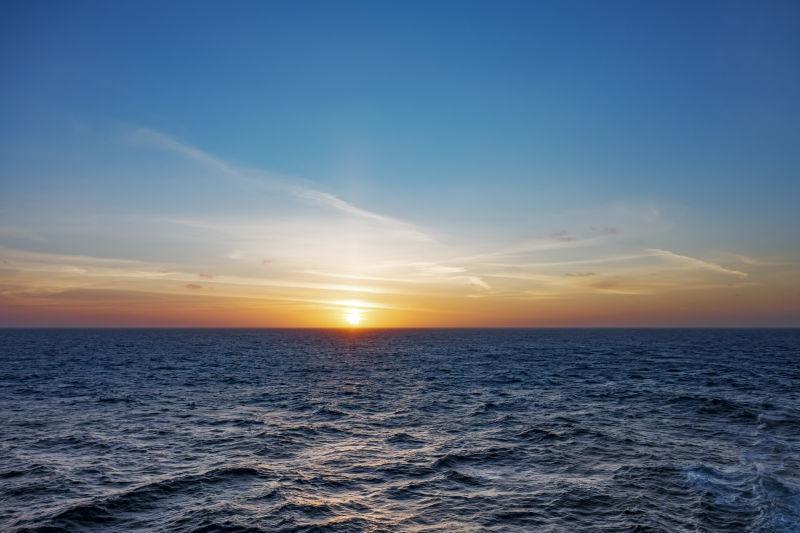 大西洋上空日落的影像