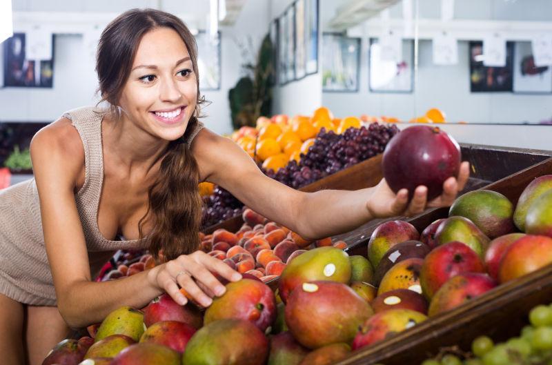 市场买芒果的性感美女