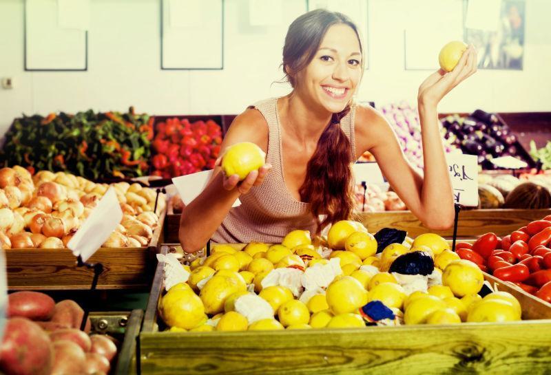 水果市场买柠檬的性感美女