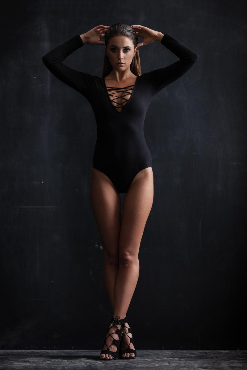 黑色背景墙下穿着黑色内衣的性感美女
